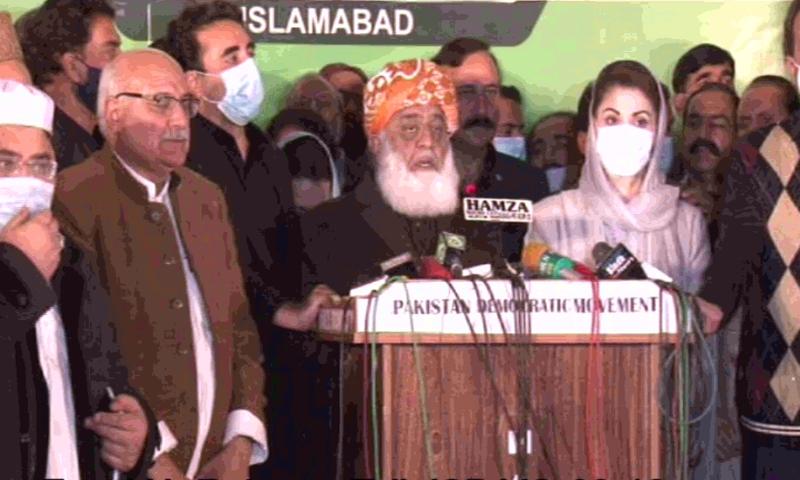 JUI-F Chief Maulana Fazlur Rehman, flanked by PPP Chairperson Bilawal Bhutto-Zardari and PML-N Vice President Maryam Nawaz addresses the media after a PDM meeting. — DawnNewsTV