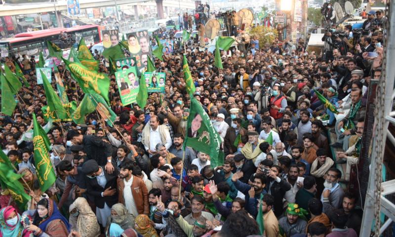 جلسے سے قبل کارکنان کو جوش دلانے کے لیے ریلی نکالی گئی—تصویر: مسلم لیگ (ن) ٹوئٹر