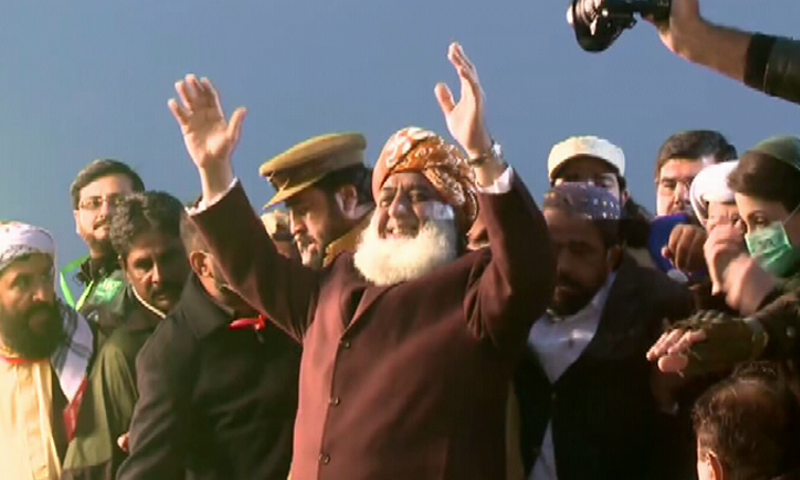 JUI-F Chief Maulana Fazlur Rehman waves at the crowd gathered at Minar-i-Pakistan for PDM's power show in Lahore. — DawnNewsTV