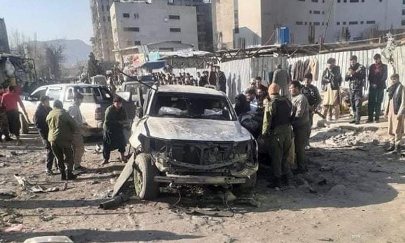 دھماکے سے گاڑی تباہ ہوگئی—تصویر بشکریہ طلوع نیوز