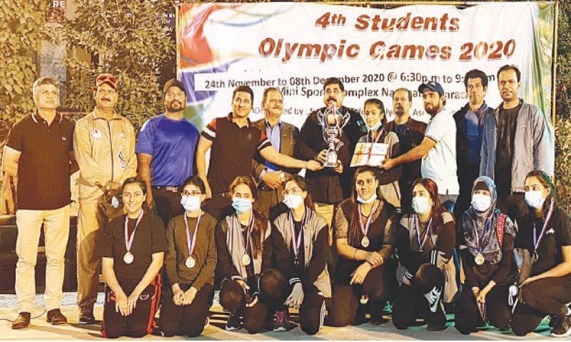 KARACHI: Victorious girls throwball team of Farewell Dona seen with chief guest and officials.