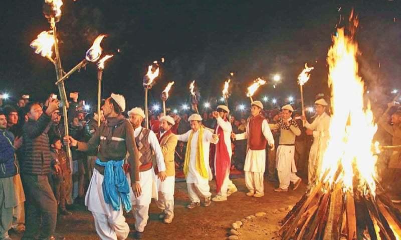 جشن کے موقع پر مقامی لوگ آگ کے ساتھ رقص کرتے ہیں—فائل فوٹو: جمیل ناگری