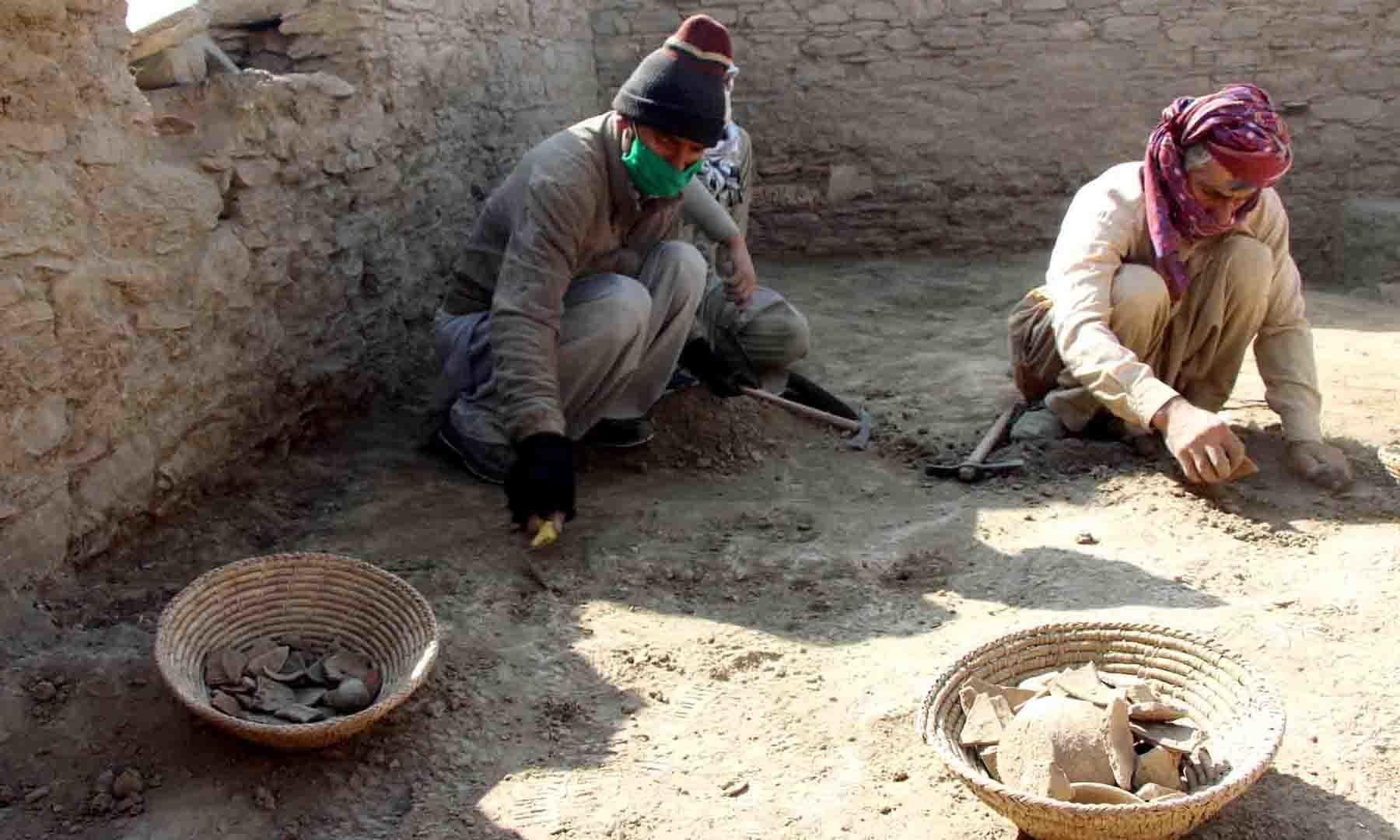 آثارِ قدیمہ کی کھدائی میں مہارت رکھنے والے علاقائی مزدور مصروفِ عمل ہیں