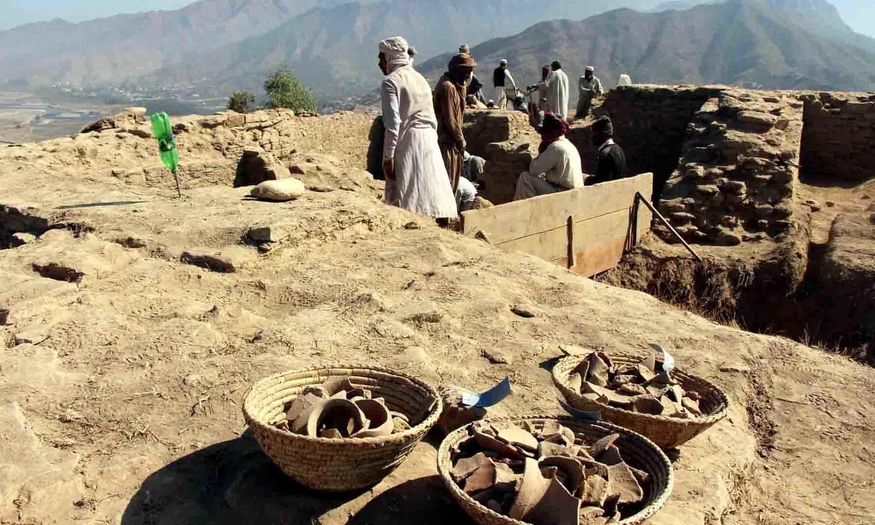 مندر سے ملنے والے مختلف آثار کو ٹوکریوں میں جمع کیا گیا ہے