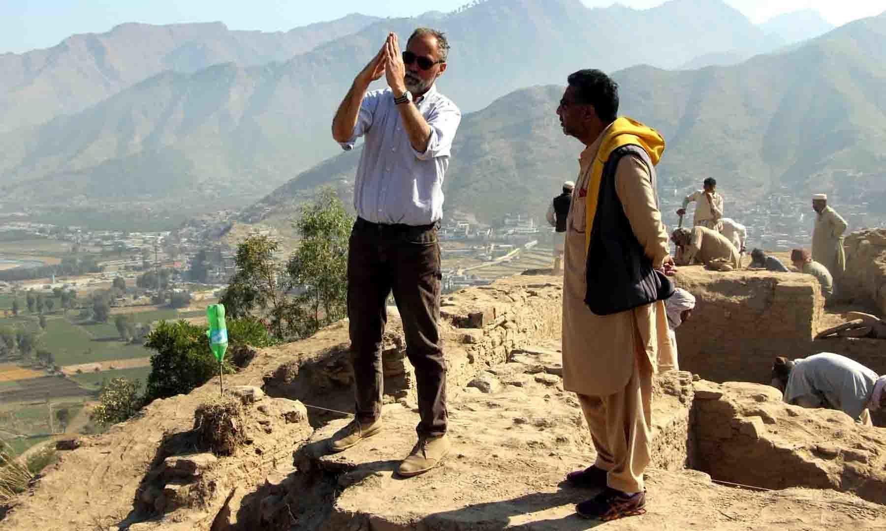 اٹالین آرکیالوجیکل مشن کے سربراہ پروفیسر لوکا، مقامی صحافی کو مندر کی تاریخ کے بارے میں بتا رہے ہیں