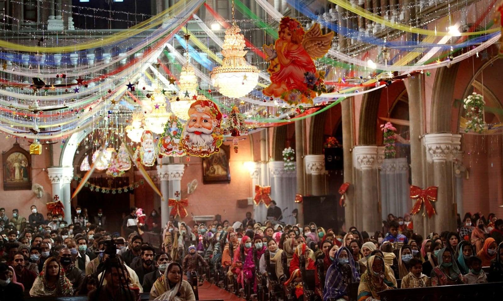 لاہور سمیت ملک بھر میں کرسمس کی دعائیہ تقاریب منعقد ہوئیں — فوٹو: اے پی