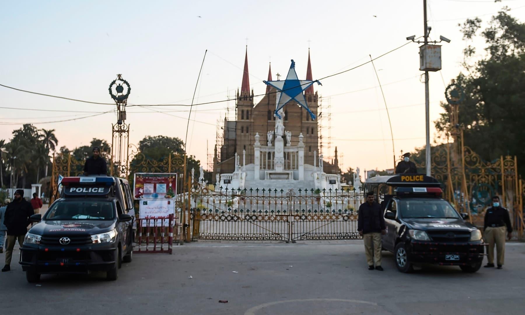 کراچی میں پولیس نے سیکیورٹی کے سخت انتظامات کیے —فوٹو:اے ایف پی