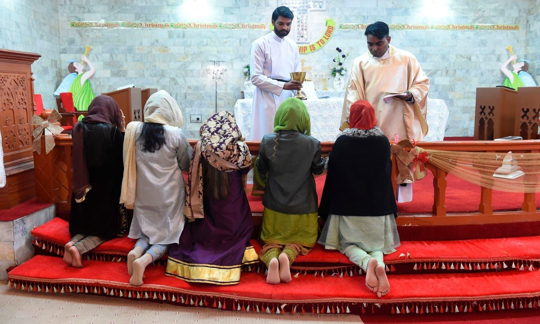کوئٹہ میں بھی مسیحی برادری نے کرسمس مکمل مذہبی عقیدت کے ساتھ منائی —فوٹو: اے ایف پی