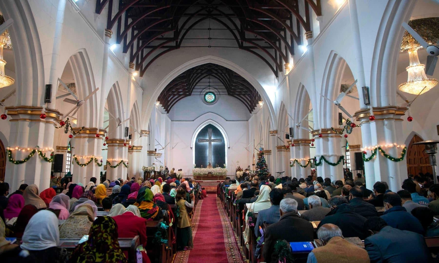 سینٹ جونز کیتھڈرل پشاور میں منعقدہ دعائیہ تقریب میں بڑی تعداد میں شرکت کی گئی —فوٹو: اے ایف پی