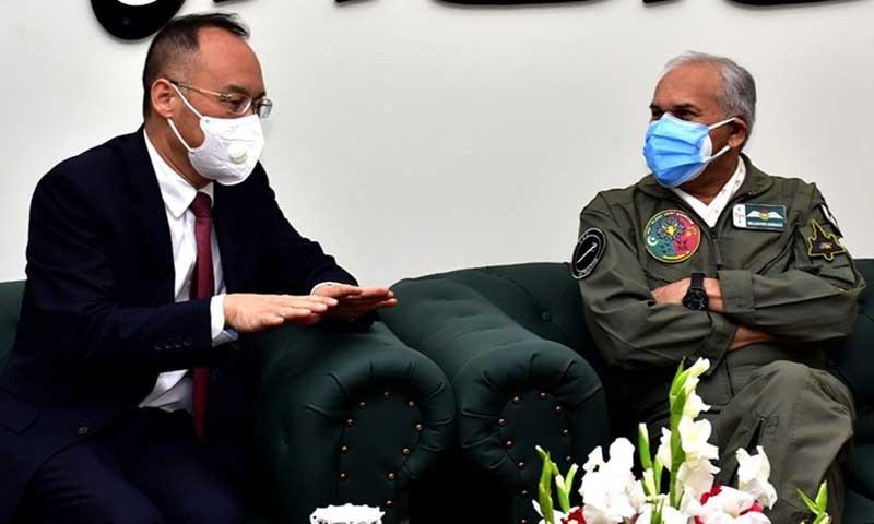 ایئر چیف مارشل مجاہد انور خان چینی سفیر نونگ رونگ کے ساتھ—تصویر: پی اے ایف