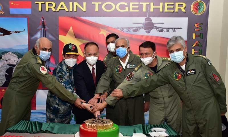 ایئر چیف مارشل مجاہد انور خان اور چینی سفیر شاہین 9 مشقوں کے اختتام پر کیک کاٹتے ہوئے—تصویر: پی اے ایف
