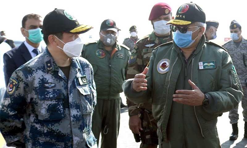 ایئر چیف مارشل مجاہد انور خان چینی فضائیہ کے نائب سربراہ میجر جنرل سن ہانگ کے ساتھ—تصویر: پی اے ایف