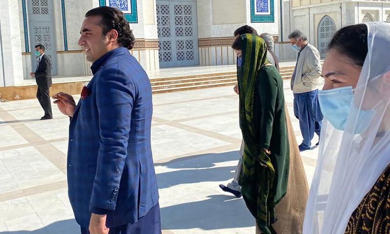مسلم لیگ کے رہنماؤں نے پیپلز پارٹی کی قیادت کے ساتھ نے پیپلزپارٹی کی شہدا گیلری کا دورہ بھی کیا—تصویر: امتیاز مغیری