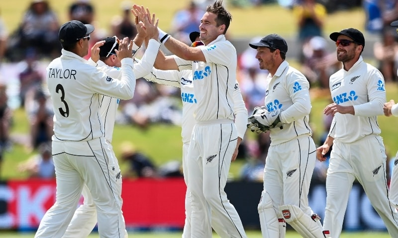 New Zealand bowler Tim Southee, centre, celebrates the wicket of Pakistan batsman Shan Masood during play on day four of the first cricket test between Pakistan and New Zealand. —  AP