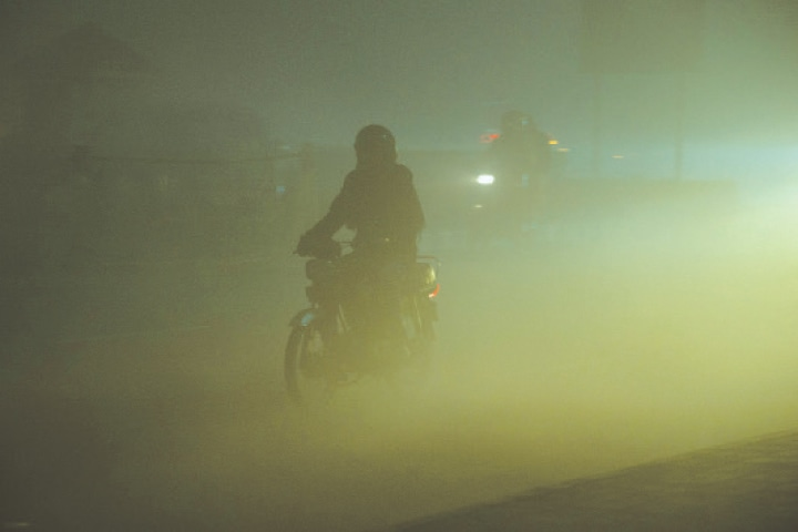 SUDDEN spikes in smog last week have lowered visibility and have added a greenish hue to the air.—Murtaza Ali / White Star