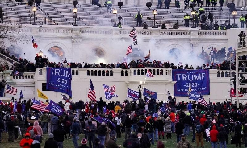 انتخابی نتائج بدلنے پرمصر ڈونلڈ ٹرمپ کے حامیوں نے کیپیٹل ہل پر حملہ کردیا— فوٹو: اے پی