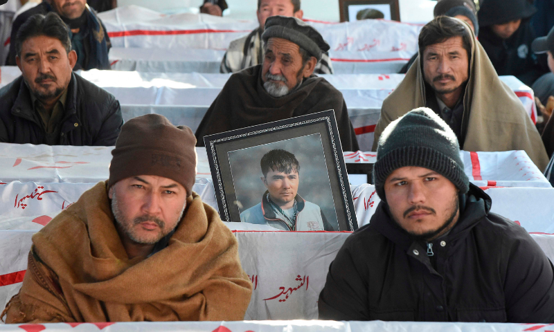 Hazaras continue protest on 5th day, refuse to bury slain miners despite PM's request - Pakistan - DAWN.COM