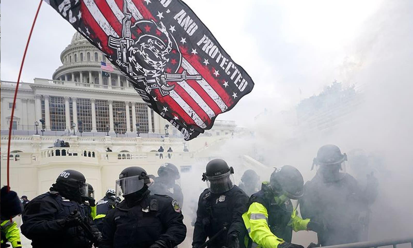جو بائیڈن کی فتح کی توثیق کو روکنے کے لیے ٹرمپ کے حامیوں نے مظاہرہ کیا — فوٹو: رائٹرز