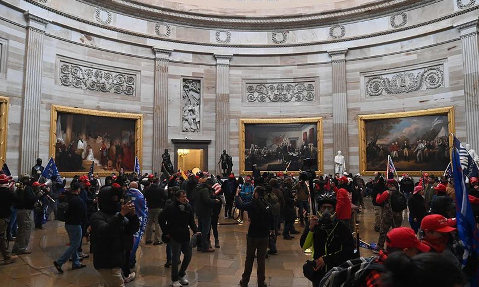مظاہرین نے کیپیٹل ہل میں داخل ہوکر عمارت کو نقصان بھی پہنچایا—فوٹو: اے پی