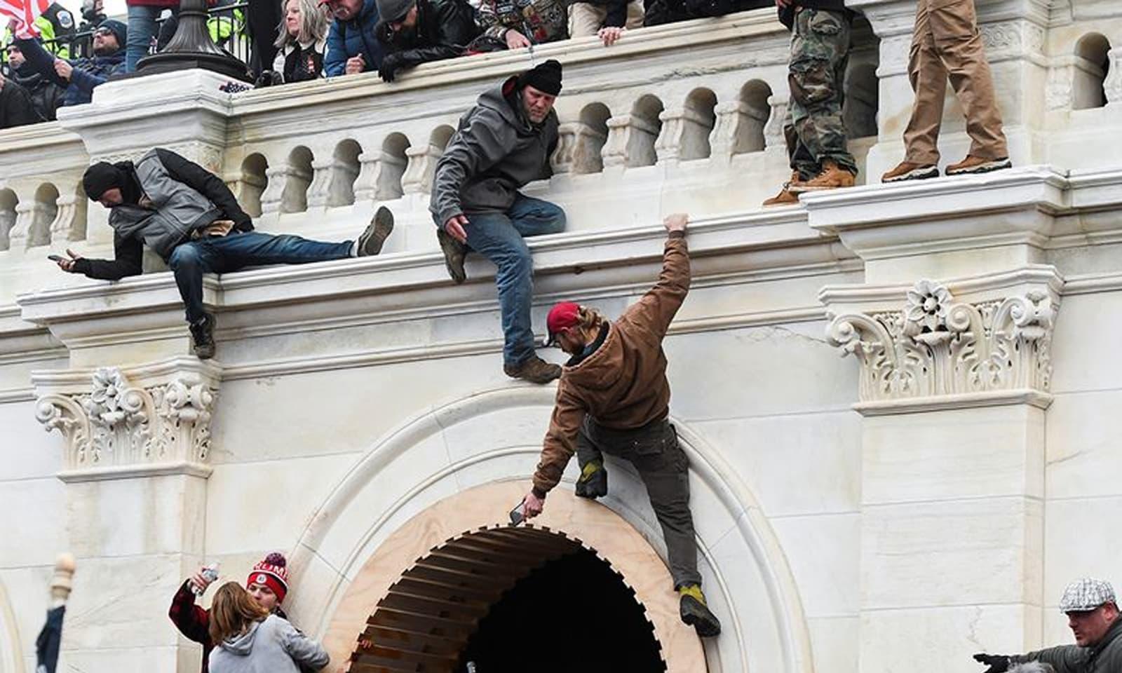 ٹرمپ کے حامی کیپیٹل ہل میں داخل ہونے کی کوشش کررہے ہیں— فوٹو: رائٹرز