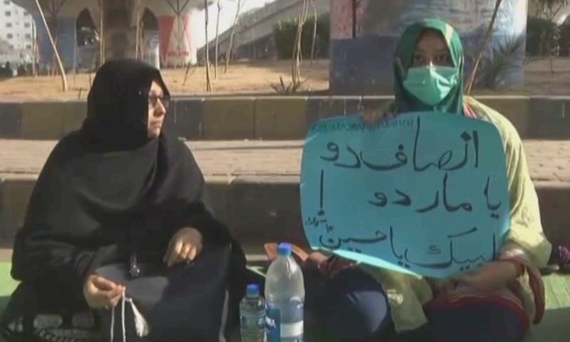 "Two women holding a placard which reads ""Give justice or kill us"" while protesting in Karachi on Thursday against the killing of Shia Hazara miners in Balochistan. — DawnNewsTV"