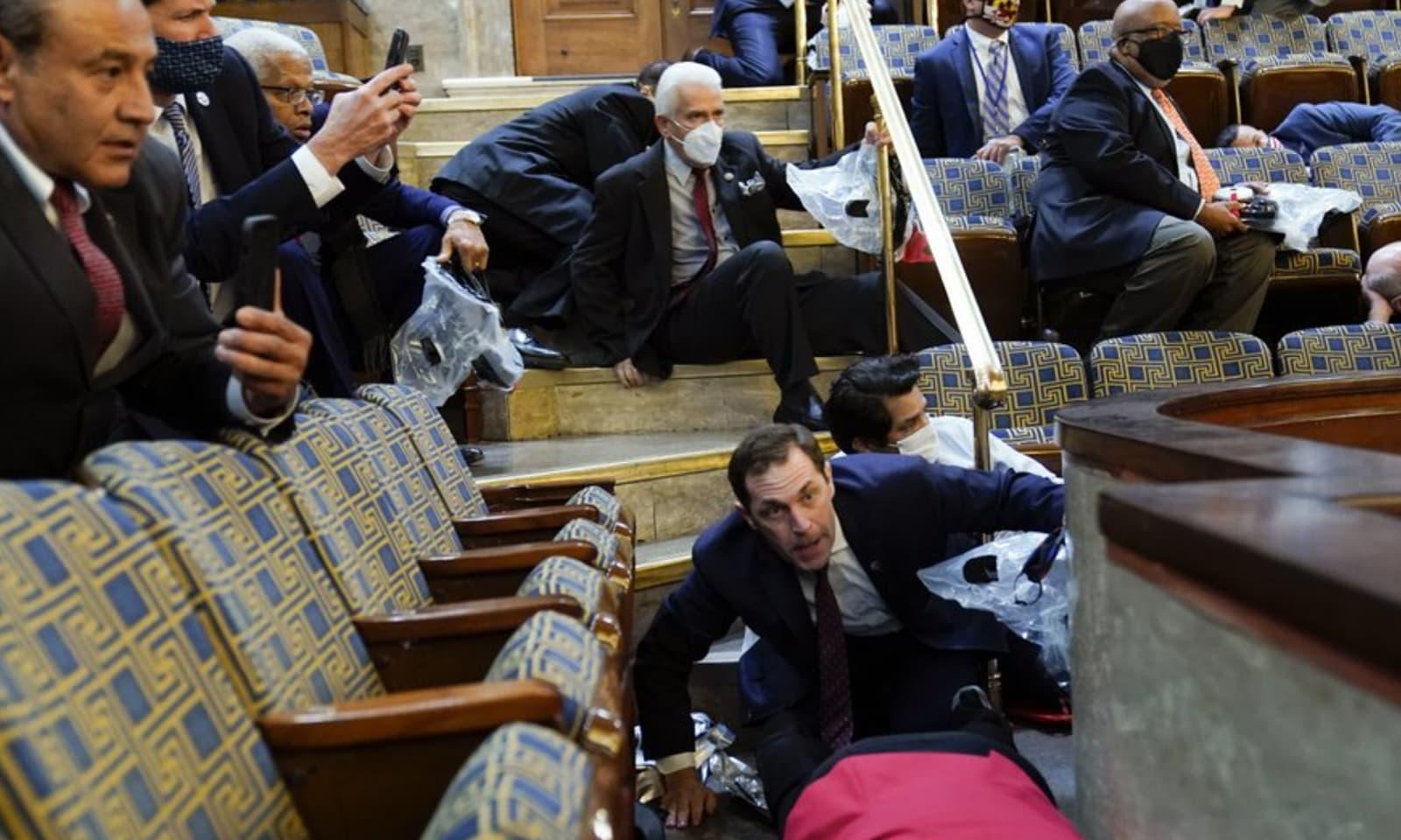 عمارت میں موجود قانون دان اپنی جانیں بچاتے ہوئے ڈیسکوں کے نیچے چھپنے پر مجبور ہوئے—فوٹو:اے پی