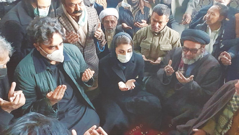 QUETTA: PPP chairman Bilawal Bhutto-Zardari and PML-N vice president Maryam Nawaz offer fateha on Thursday during the protest organised by the Hazara community against the killing of 11 coal miners in the Mach area a few days ago.—Online