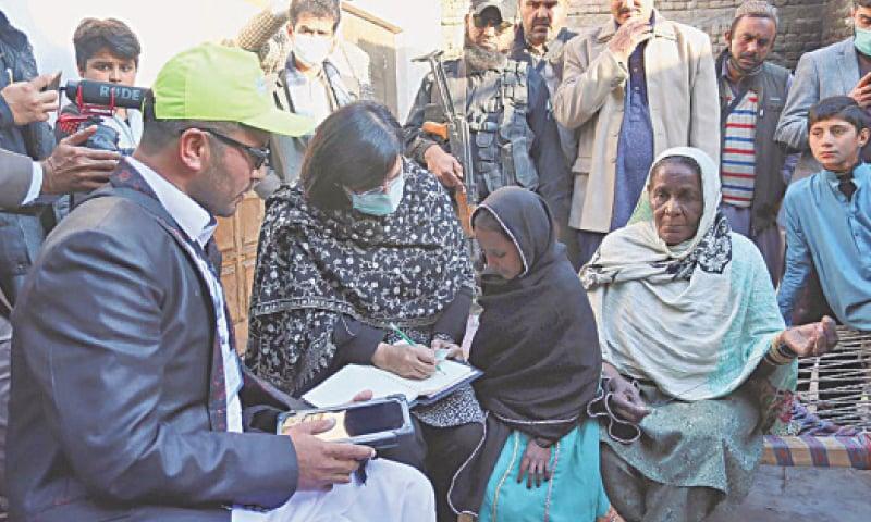 Dera Ismail Khan: SAPM Dr Sania Nishtar inspects Ehsaas survey near here on Friday.—APP