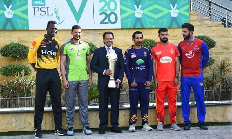 Squash legend Jahangir Khan and franchise captains pose with the PSL 2020 trophy. — Courtesy Karachi Kings Twitter/File