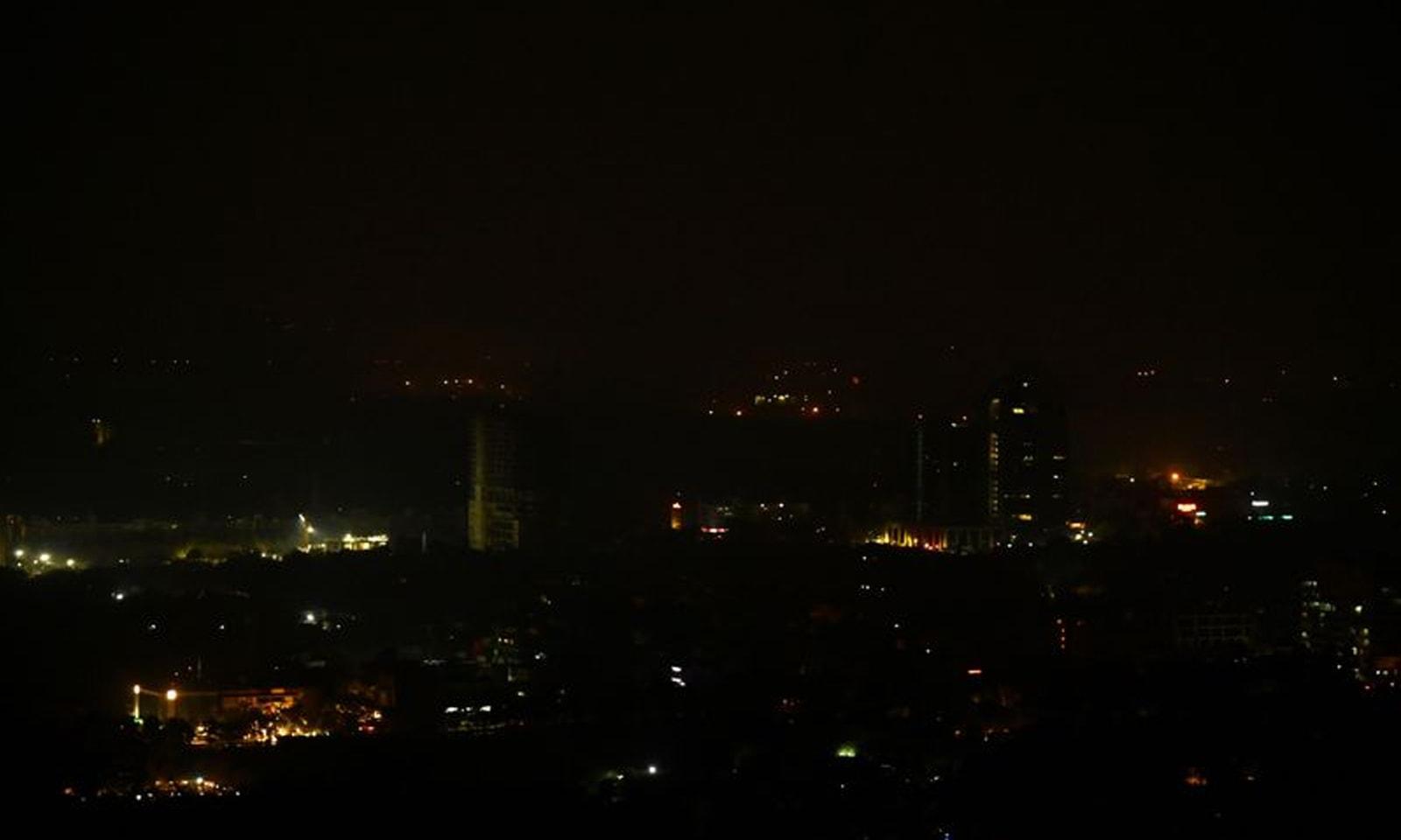 اب تک ملک میں جزوی طور پر بجلی بحال ہوچکی ہے— فوٹو: اے ایف پی