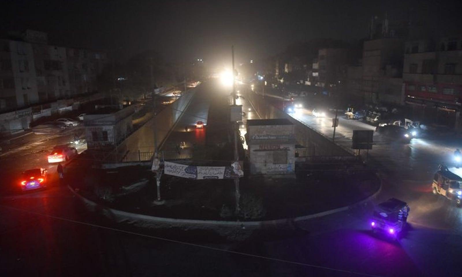 اتنے بڑے پیمانے پر بجلی کی بندش سے متعلق مختلف قیاس آرائیاں اور چہ مگوئیاں جاری تھیں— فوٹو: اے ایف پی