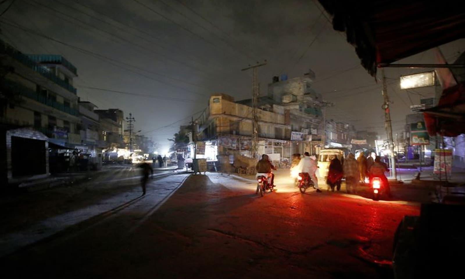 اب تک ملک کے کئی علاقے بجلی سے محروم ہیں — فوٹو: اے پی