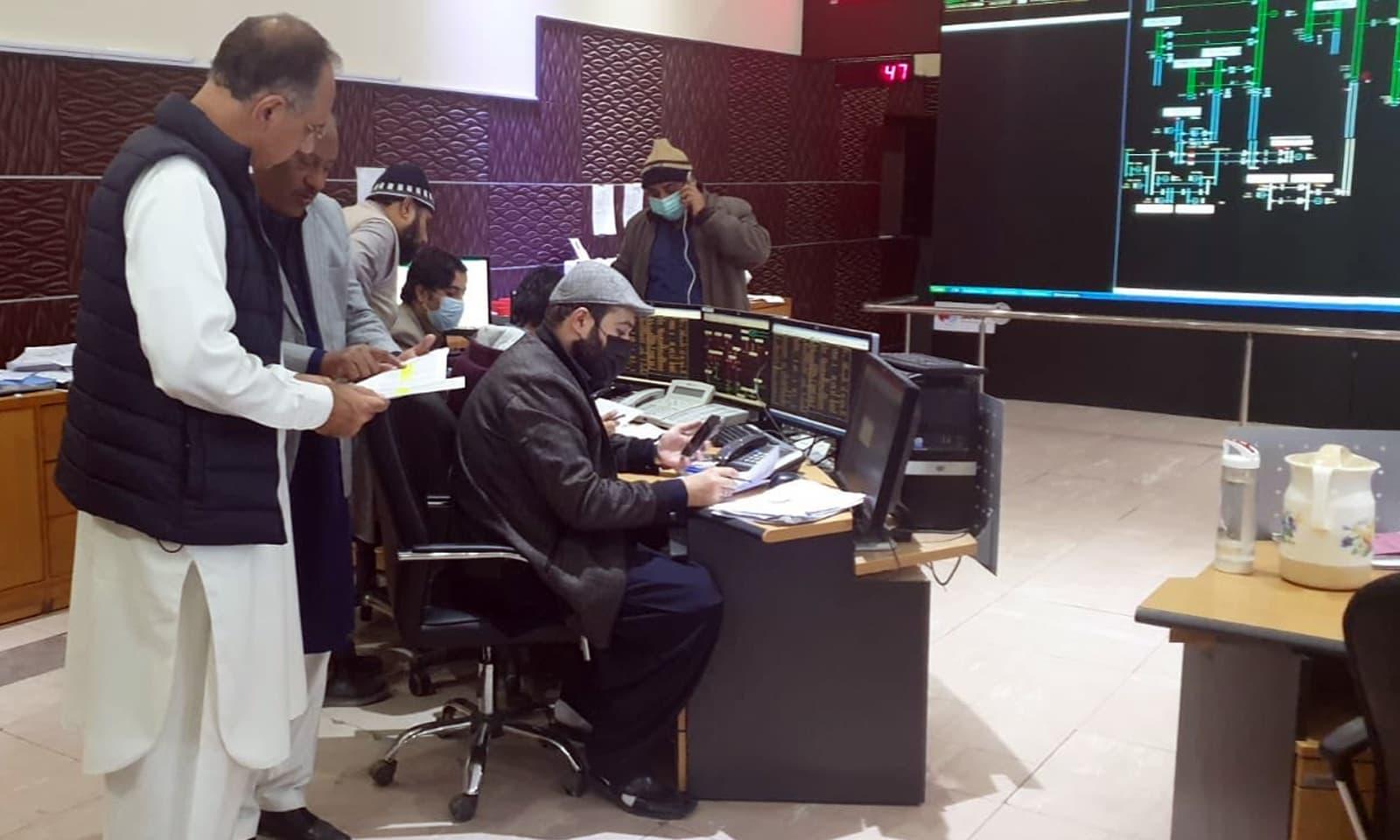 ر وفاقی وزیر بجلی و توانائی عمر ایوب نے بجلی کی بحالی کے عمل کی نگرانی کی— فوٹو: وزارت توانائی ٹوئٹر اکاؤنٹ