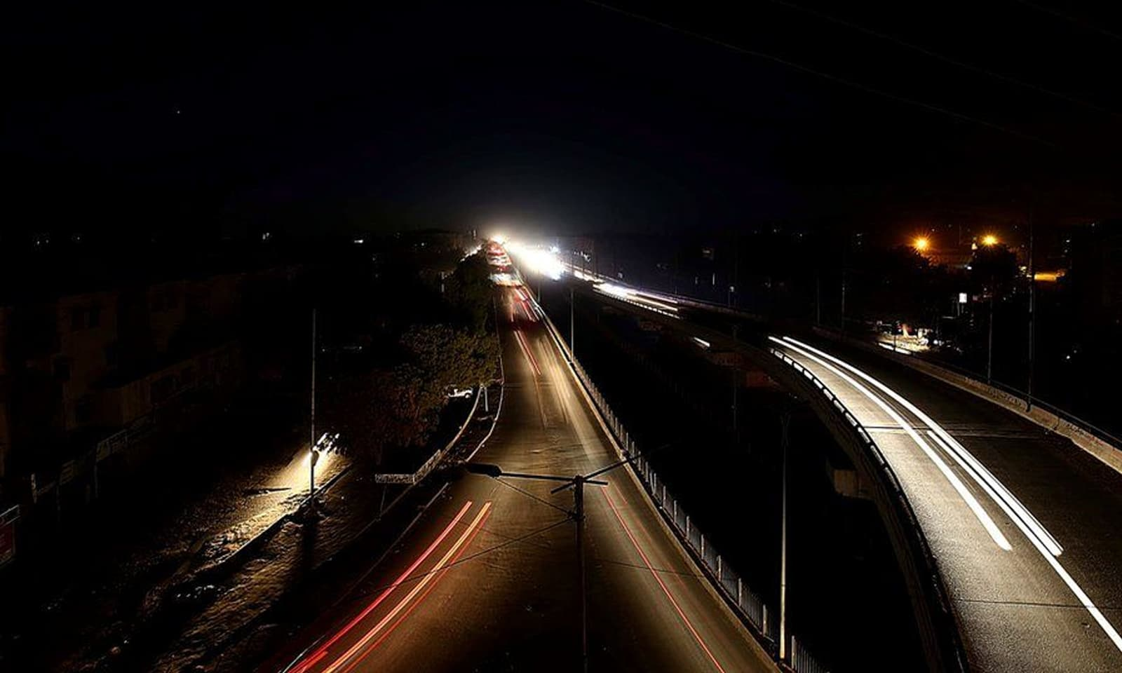 ہفتہ اور اتوار (10 جنوری) کی درمیانی شب کو ملک اچانک تاریکی میں ڈوب گیا — فوٹو: ای پی اے