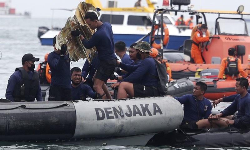 ریسکیو ٹیموں نے پانی سے جسم کے حصے، کپڑوں کے ٹکڑے اور دھات کے اسکریپ نکالے تھے — فوٹو: اے پی