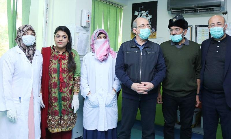 ترک ٹیم نے پاکستانی سماجی تنظیم کے ساتھ تصاویر بھی بنوائیں—فوٹو: کاشف انصاری فیس بک