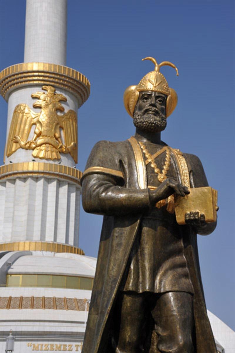 عشق آباد میں موجود بیرم خان کا مجسمہ
