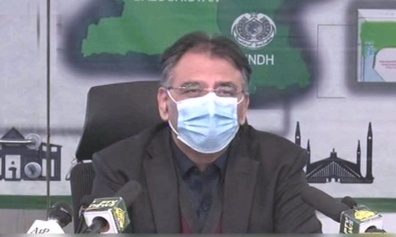 وزیر منصوبہ بندی و ترقی اسد عمر اسلام آباد میں میڈیا کو بریفنگ دے رہے تھے — فوٹو: ڈان نیوز
