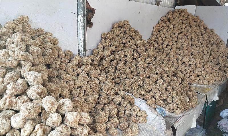 اخراجات نکال کر گُڑ کی ایک بوری پر 3 سے 4 ہزار روپے منافع ہوجاتا ہے—تصویر: عظمت اکبر