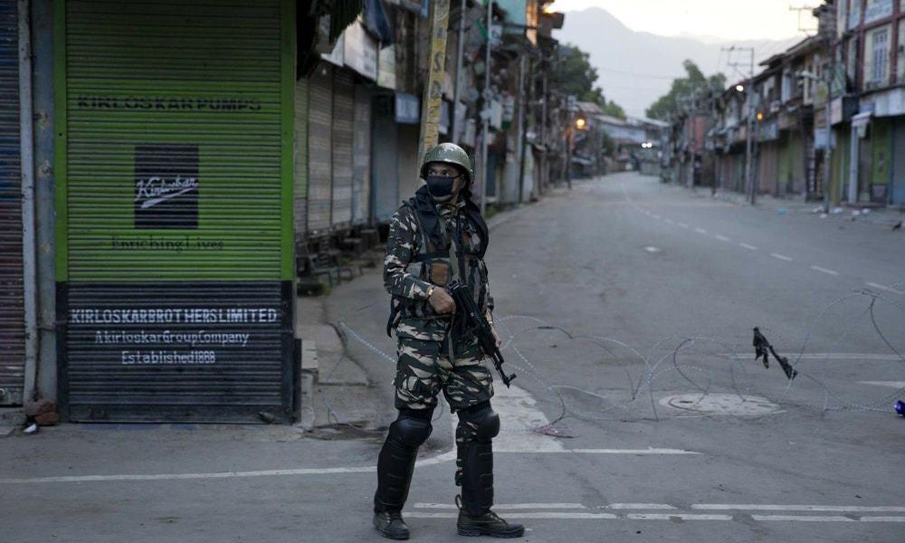 بھارتی حکومت مقبوضہ کشمیر میں دہشت گردوں کو نشانہ بنانے پر سرکاری فورسز کو نقد انعام دیتی ہے—فوٹو: اے پی