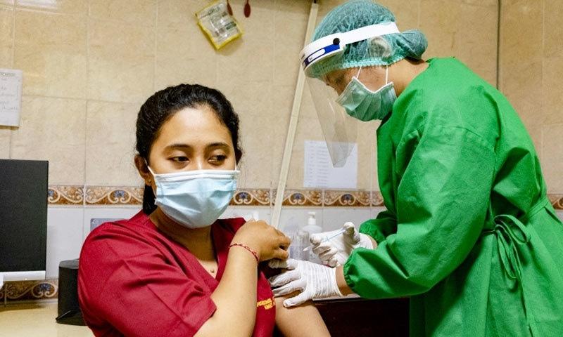 پہلے ہی مرحلے میں زیادہ تر حکومتی ملازمین کو ویکسین لگانے کی پالیسی پر انڈونیشیا کی حکومت پر تنقید کی جا رہی ہے—فوٹو: ای پی اے
