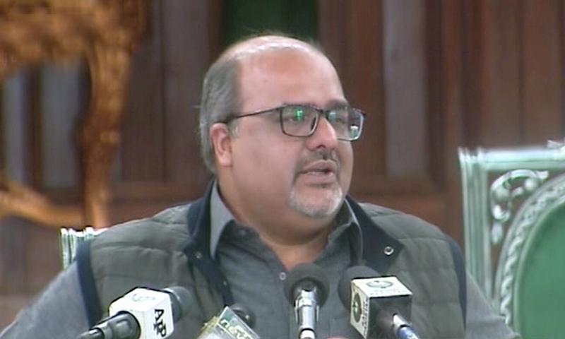 شہزاد اکبر کے مطابق  ٹی وی پروگرام کے دوران 'ہتک آمیز بیانات، غلط اور مضحکہ خیز الزامات' عائد کرنے پر قانونی نوٹس دیا - فائل فوٹو:ڈان نیوز