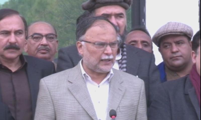 مسلم لیگ(ن) کے سیکریٹری جنرل احسن اقبال دیگر رہنماؤں کے ہمراہ میڈیا سے گفتگو کررہے تھے — فوٹو: ڈان نیوز