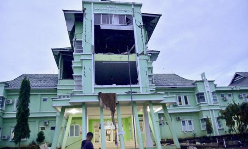 شدید زلزلے سے عمارتوں کی بنیادیں ہل گئیں—تصویر: رائٹرز