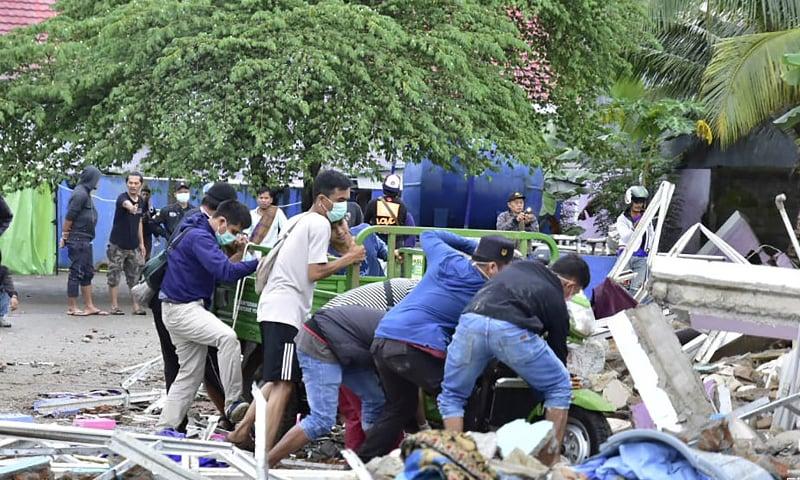 پیسفک رنگ آف فائر نامی خطے میں ہونے کی وجہ سے انڈونیشیا میں اکثر زلزلے آتے رہتے ہیں—تصویر: اے ایف پی