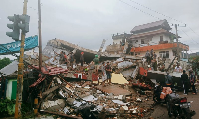 زلزلے کے نتیجے میں متعدد عمارتوں اور پلوں کو نقصان پہنچا—تصویر: اے پی