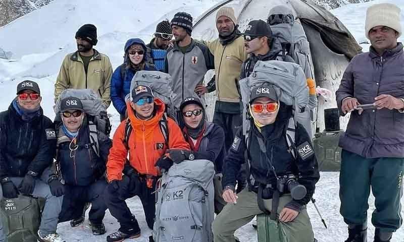 نیپالی کوہ پیما ٹیم بیس کیمپ پر پاکستانی پورٹر اور دیگر کوہ پیماؤں کے ساتھ—تصویر: نرمل پرجا