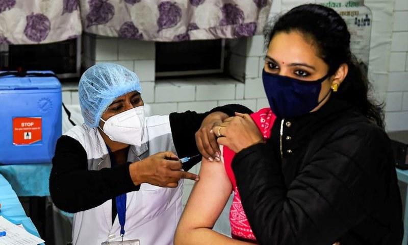 بھارت: ویکسین کی پہلی خوراک پر 52 افراد میں طبی پیچیدگیوں کا انکشاف
