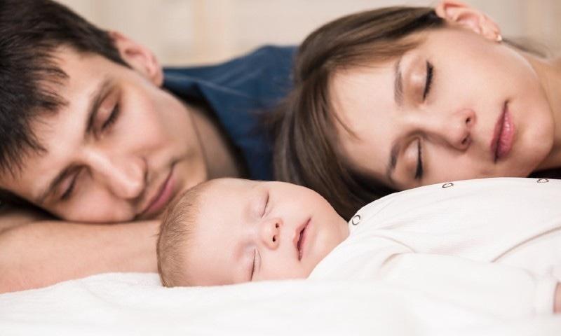 بچوں کی پیدائش سے ماں کی نیند زیادہ متاثر ہوتی ہے یا باپ کی؟