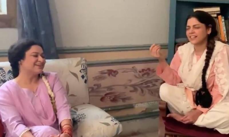 حدیقہ کیانی کی ثانیہ سعید کے ساتھ سیٹ پر گانا گانے کی ویڈیو وائرل